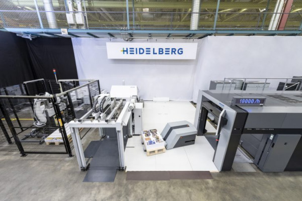 An unattended transport system moves the finished sheet pile to the Stahlfolder KH 82-P folding machine. This is also integrated via the Push to Stop concept and detects the next signature automatically by the printed barcode.