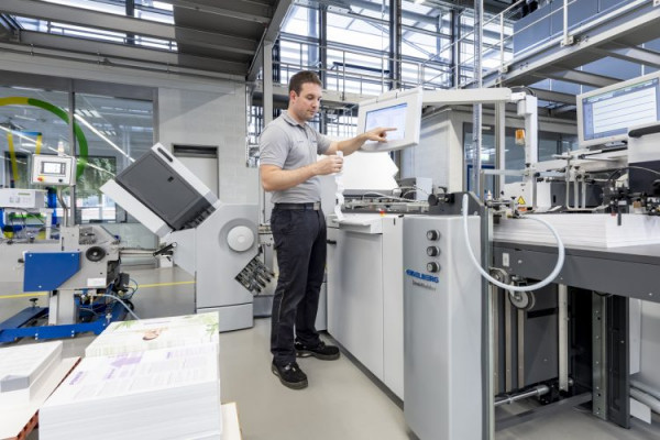 Another world premiere in the area of folding machines is the Stahlfolder TH 56 Pharma, which sets a new performance standard in the growth field of pharmaceuticals with extensive automation and a robust machine platform.