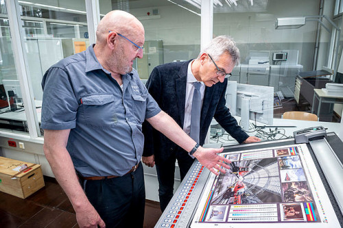 School director Peter Schertler (right) and printer Bernd Eckhardt (left) at the press console on the Rapida 75 PRO.