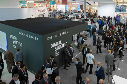 Many visitors and machines in action at drupa 2016. drupa 2021 should also be an experience for visitors.